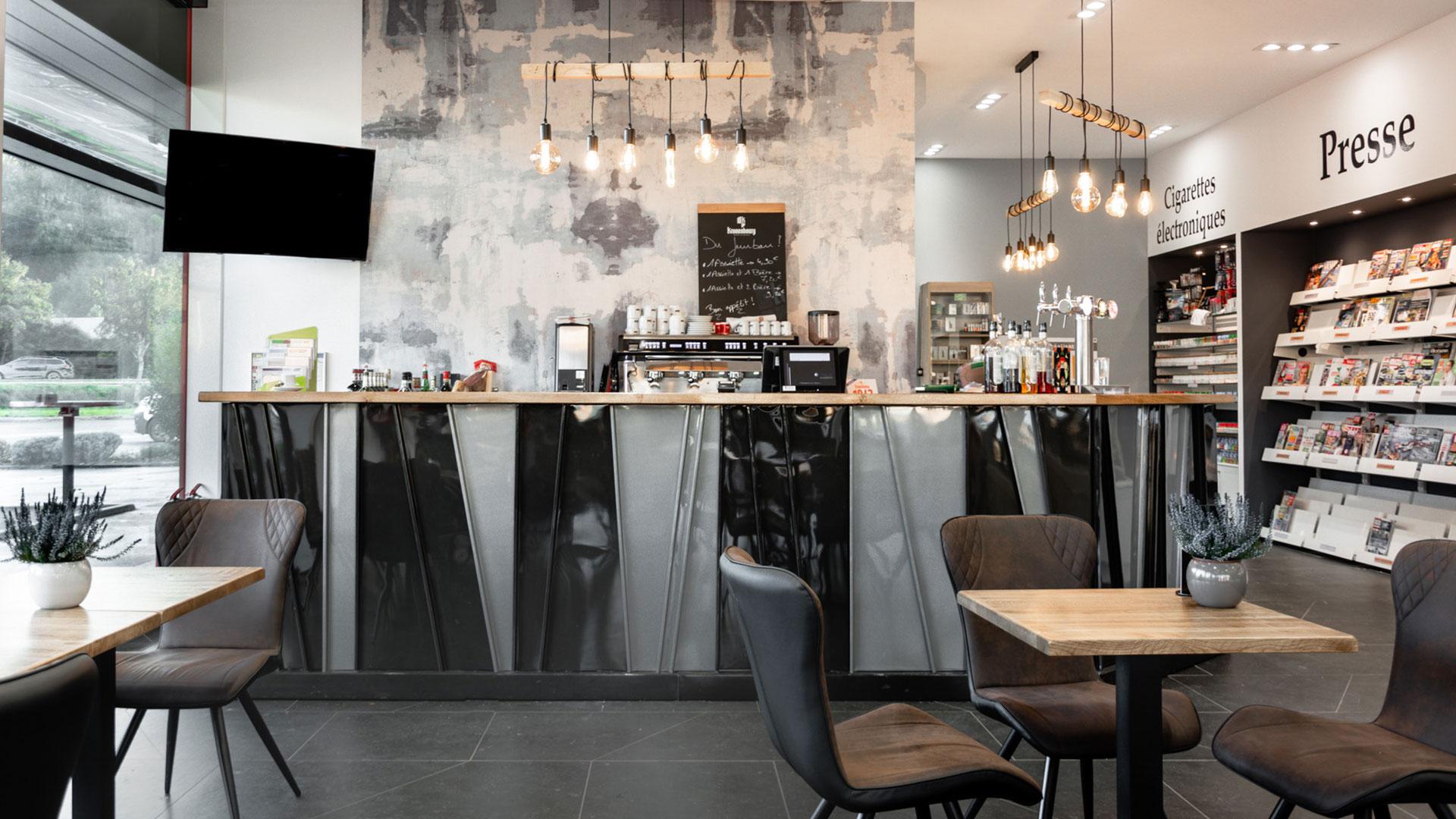 Vue sur le bar, décoration industrielle.